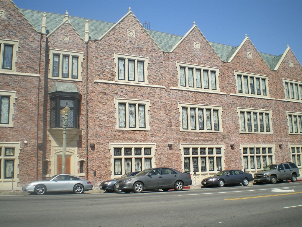 1280px-Chabad_Bais_Sonia_Gutte_Campus,_Pico_Blvd.,_Beverlywood,_Los_Angeles